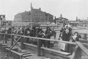 Einwanderer in Ellis Island, 1902. Der enorme Zuzug von Migranten trug maßgeblich zur wachsenden Stärke der USA bei