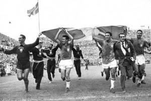 Der Weltmeister dreht eine Ehrenrunde mit der schwedischen Fahne