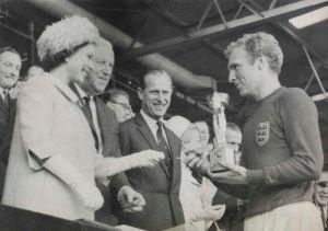Englands Kapitän Bobby Moore nimmt den Jules Rimet-Pokal von der Queen entgegen