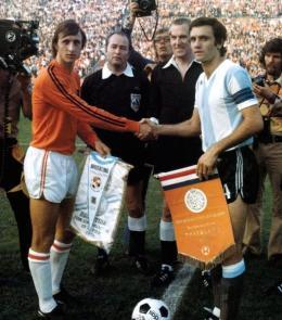 Johan Cruyff und Roberto Perfumo vor dem Zwischenrundenspiel zwischen den Niederlanden und Argentinien