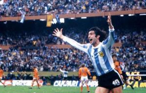 Der Argentinier Mario Kempes feiert eines seiner Tore im Finale