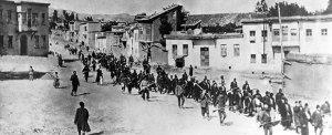 Armenier werden von osmanischen Soldaten deportiert, 1915